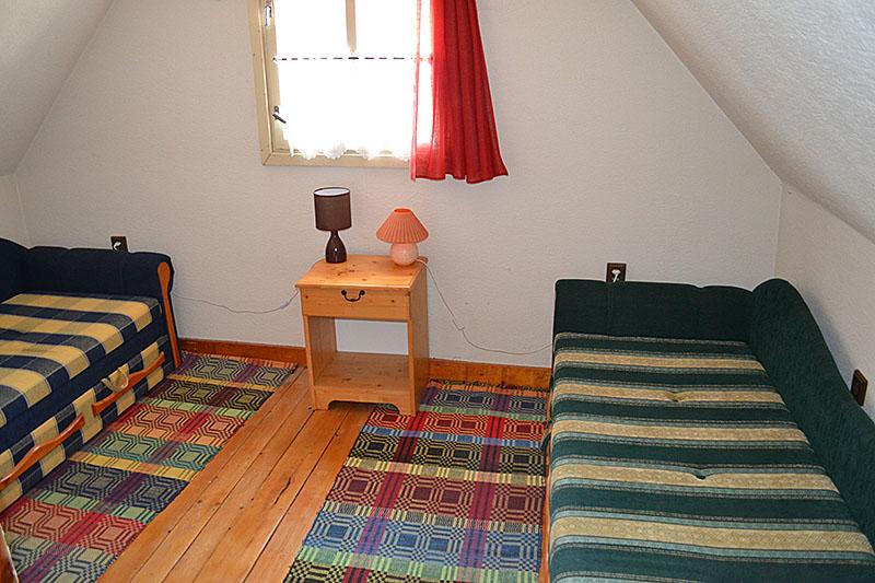 Interiér prednej drevenice spálňa