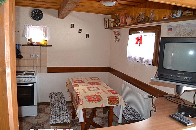 Zadná drevenica interiér kuchyňa