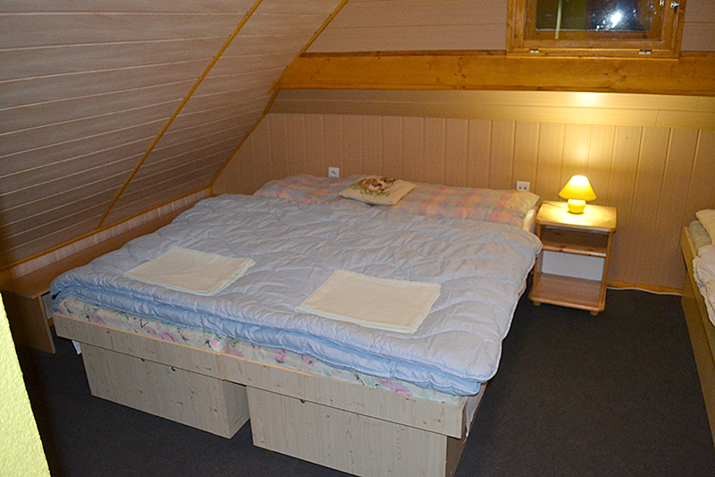 Interiér drevenice spálňa